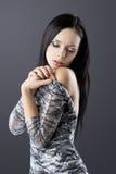 Brunette sensuel avec la robe d'argent de mode images stock