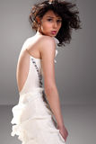 Brunette sensuel dans la robe blanche Image stock