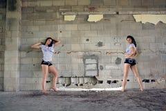 Brunette sexy à un mur de bloc (7) Photo libre de droits