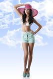 Brunette 'sexy' com shorts e chapéu Imagens de Stock