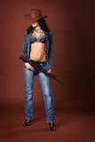 Brunette 'sexy' com um rifle fotos de stock royalty free
