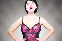 Brunette sexy con il bubblegum Fotografia Stock
