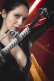 Brunette 'sexy' estilizado do Anime com guardarar uma espada do katana com TW Fotografia de Stock Royalty Free