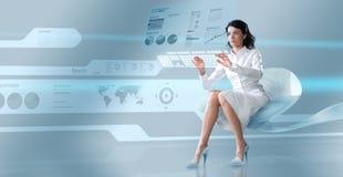 Brunette sexy oparating le clavier virtuel Image libre de droits