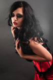Brunette sexy in pelliccia rossa del corsetto e capelli lunghi nella s immagini stock libere da diritti
