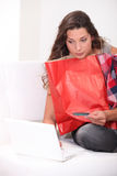 Brunette shopping online Royalty Free Stock Photography
