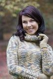 Brunette sonriente en parque Fotografía de archivo
