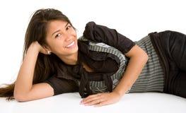 Brunette sonriente hermoso que se acuesta y que se relaja Foto de archivo libre de regalías