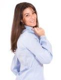 Brunette sorridente in una camicia blu Fotografia Stock