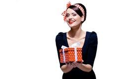 Brunette splendido con il contenitore di regalo Fotografia Stock Libera da Diritti