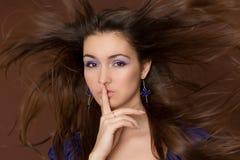 Brunette stupefacente con i capelli di volo. Fotografia Stock