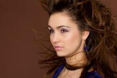 Brunette stupefacente con i capelli di volo. Fotografie Stock