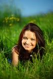 Brunette sur l'herbe Photographie stock libre de droits