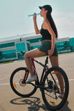 Brunette sur la bicyclette Photo libre de droits
