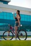 Brunette sur la bicyclette image stock