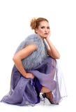 Brunette sveglio che si siede in un vestito viola dal merletto Fotografie Stock Libere da Diritti