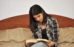 Brunette Teen Reading Royalty Free Stock Images