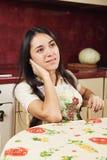 Brunette am Tisch Lizenzfreies Stockfoto