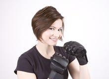 Brunette-Tritt-Boxer-Lächeln stockbild