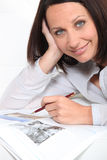 Brunette using a pen Royalty Free Stock Photos