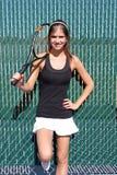 Brunette-weiblicher Tennis-Spieler mit Schläger Stockbild