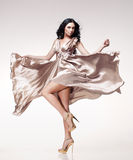 Brunette in wellenartig bewegendem Kleid Stockfotos