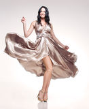 Brunette in wellenartig bewegendem Kleid Stockfotografie