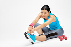Brunette woman doing stretching exercises at the gym Royalty Free Stock Photos