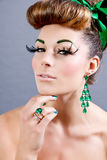 Brunette woman with green jewelery and accssesoires Royalty Free Stock Photos