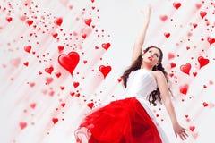 Brunette y corazones hermosos fotos de archivo libres de regalías