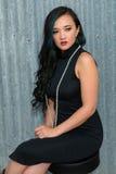 Brunette in zwarte stock foto
