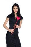 Brunette in zwarte die kleding met hart van document wordt gemaakt Royalty-vrije Stock Fotografie