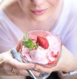 Brunettedame, die ihr Frucht desseet darstellt Lizenzfreies Stockbild