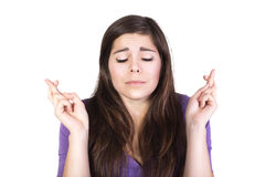 Brunettefrau beten und hoffen mit geschlossenen Augen Lizenzfreies Stockfoto