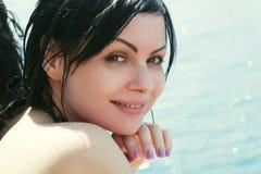 Brunettefrau in dem Meer Stockfotografie