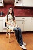 Brunettefrau in der Küche Stockbild