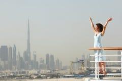 Brunettefrau, die auf Reiseflugzwischenlageplattform steht Stockfoto