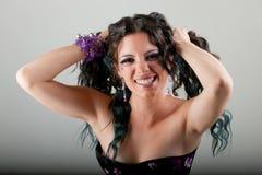 Brunettefrau, die ihr Haar zieht Stockbild