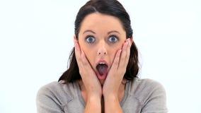 Brunettefrau, die ihre Überraschung zeigt stock footage