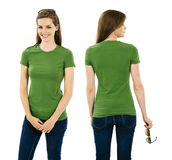 Brunettefrau, die mit leerem grünem Hemd aufwirft Stockfoto