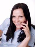 Brunettefrau, die weg durch Telefon in benennt Stockbilder