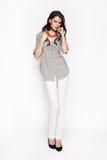 Brunettefrau im Hemd und in der weißen Hose Stockfotos