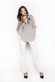 Brunettefrau im Hemd und in der weißen Hose Stockbild