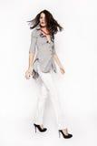 Brunettefrau im Hemd und in der weißen Hose Lizenzfreie Stockfotografie