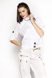 Brunettefrau im Hemd und in der weißen Hose Lizenzfreie Stockfotos