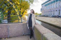 Brunettefrau im Herbstbeigemantel Lizenzfreies Stockbild