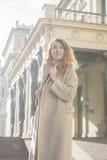 Brunettefrau im Herbstbeigemantel Lizenzfreie Stockfotografie