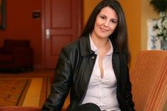 Brunettefrau im Hotelaufenthaltsraum Stockfotos