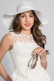 Brunettefrau im weißen Hut Lizenzfreies Stockbild