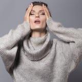 Brunettefrau mit Brötchenfrisur und neutrale Person bilden herein aufwerfen Lizenzfreie Stockfotografie